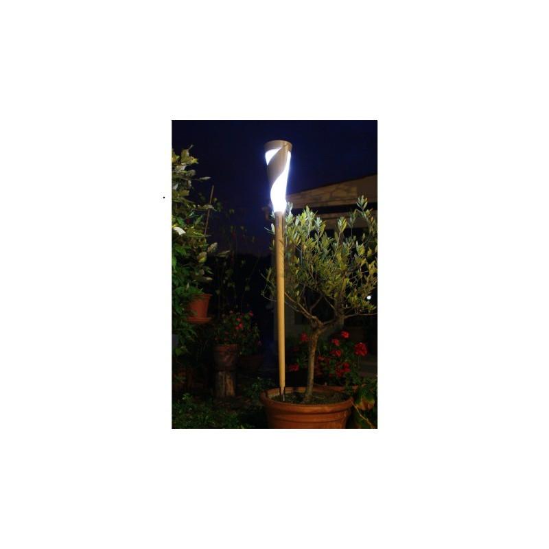 Lampes solaires de jardin sur pied for Eclairage exterieur sur pied